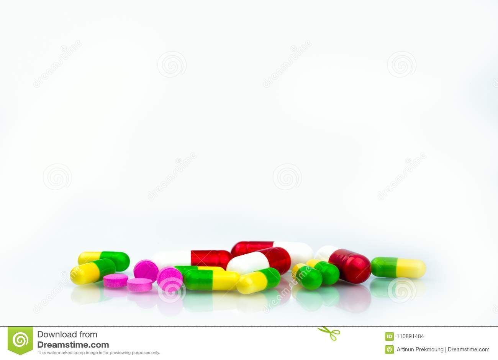 Σωρός των ζωηρόχρωμων χαπιών καψών και ταμπλετών στο άσπρο υπόβαθρο με το διάστημα αντιγράφων για το κείμενο Τμήμα φαρμακείων στο