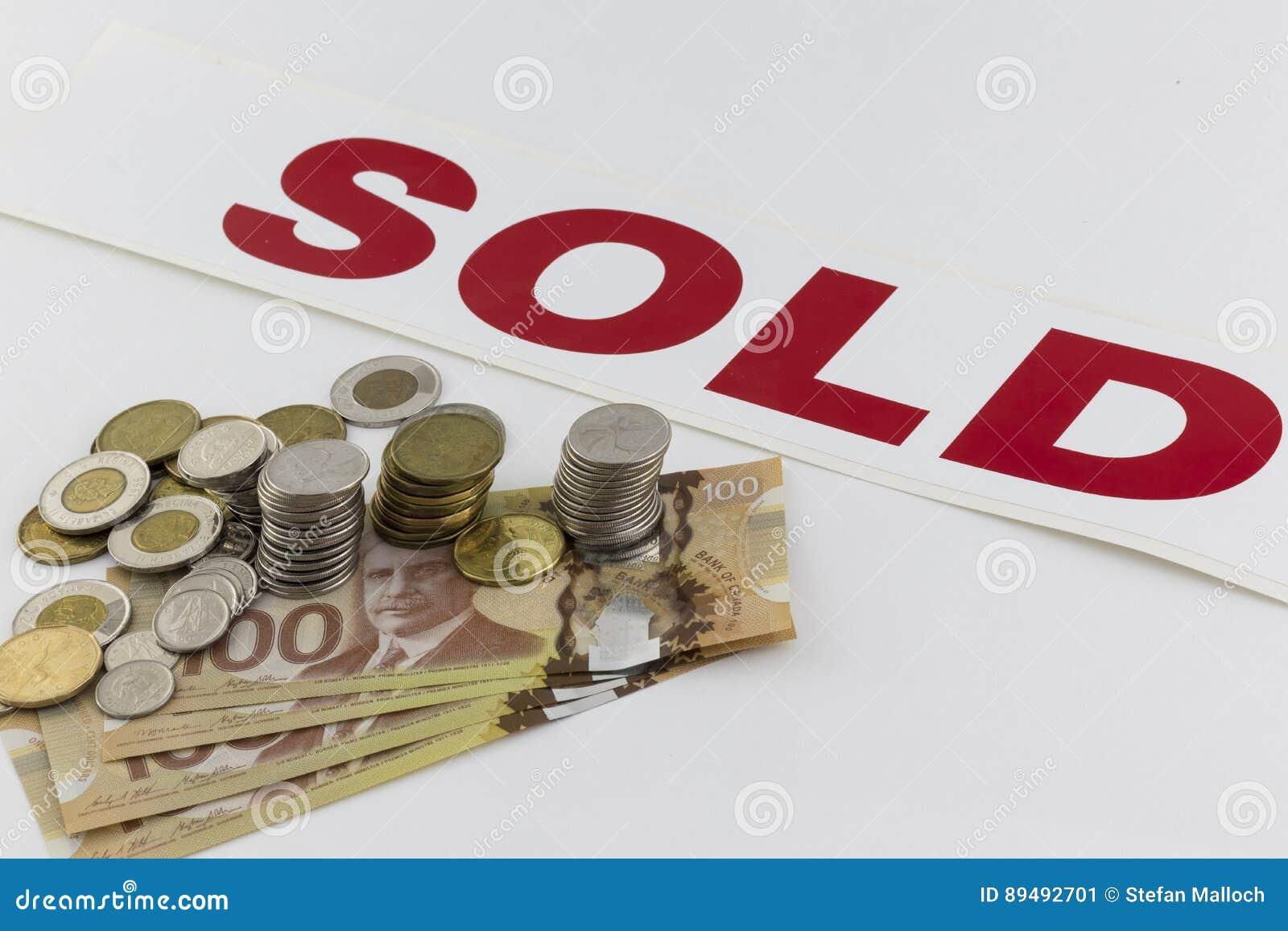 Σωρός των καναδικών χρημάτων με το πωλημένο σημάδι