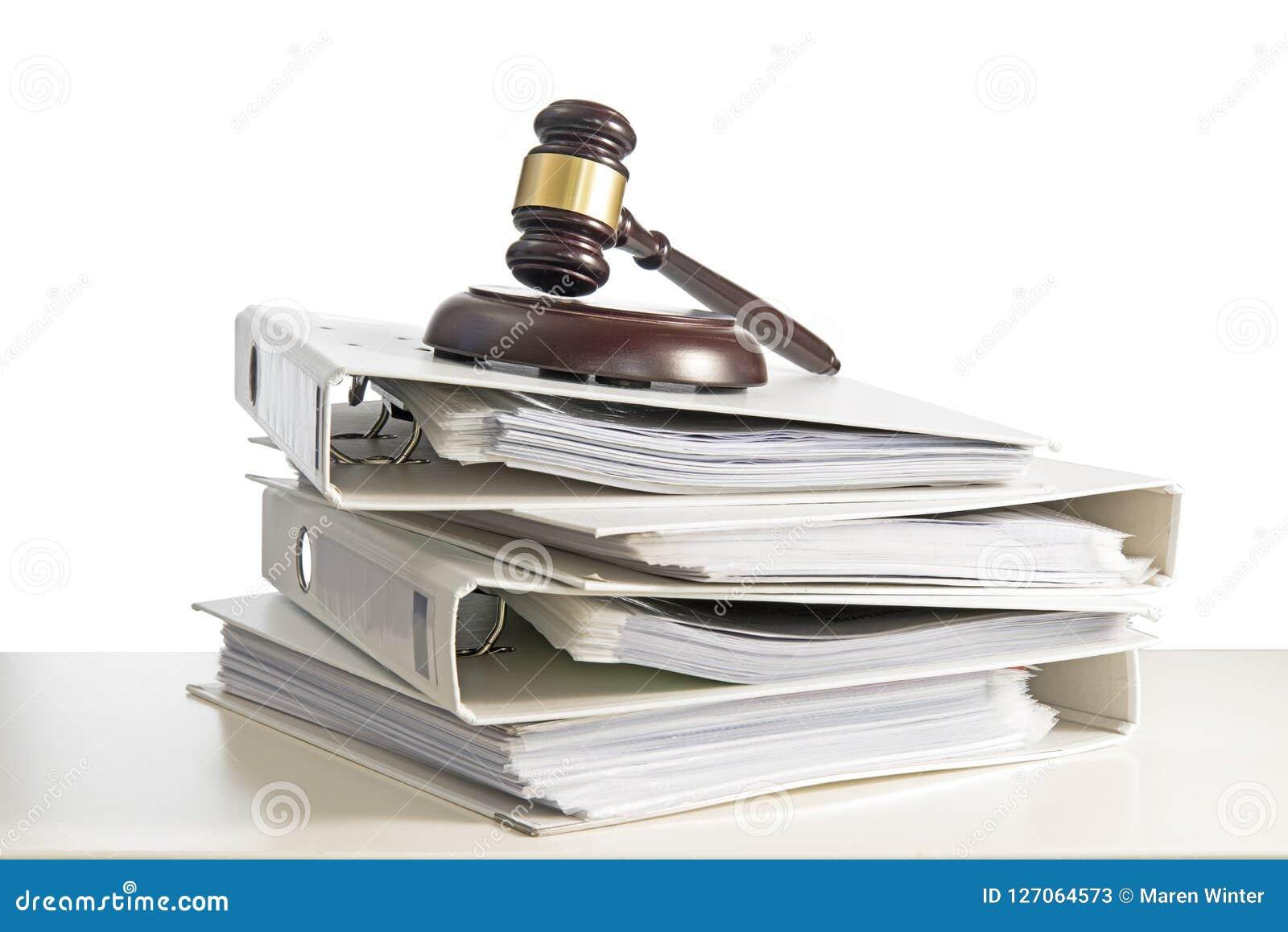 Σωρός των φακέλλων και gavel δικαστών σε ένα γραφείο, που απομονώνονται σε ένα μόριο