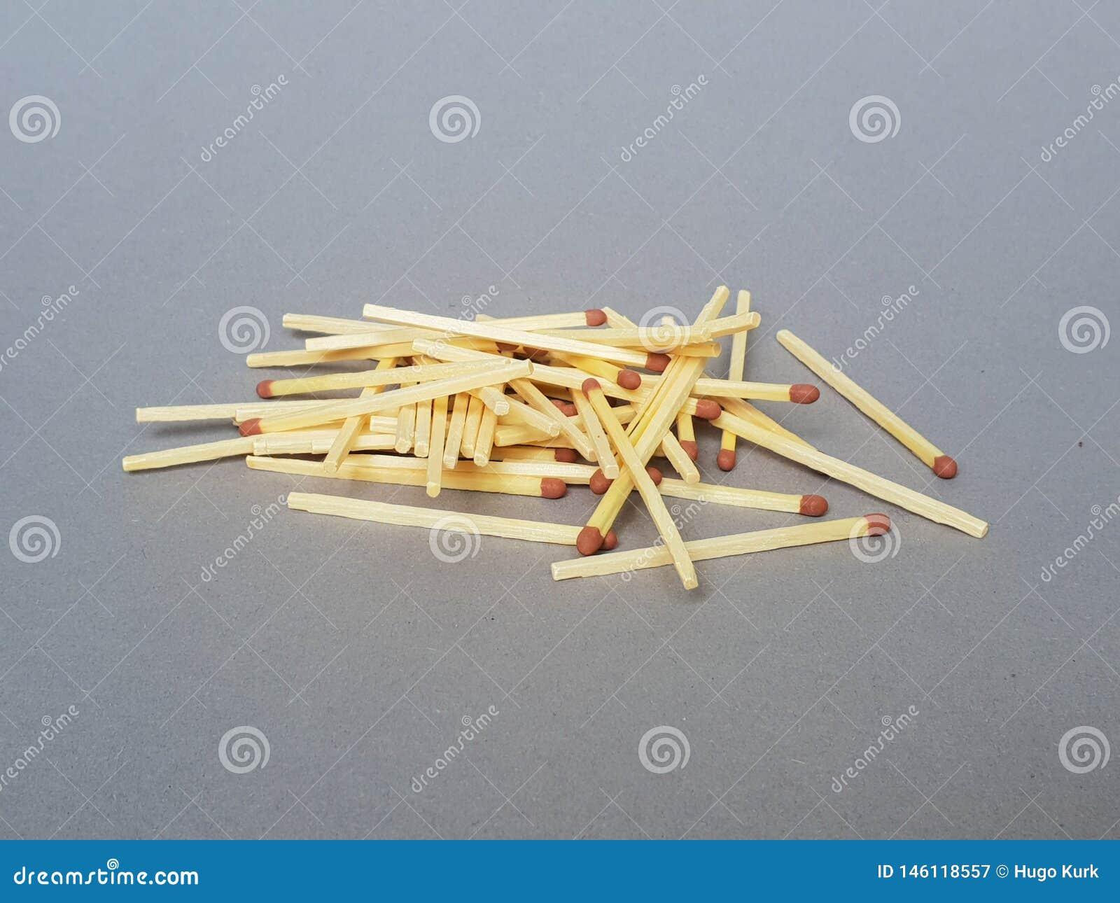 Σωρός των matchsticks γκρίζο σε υπόγειο