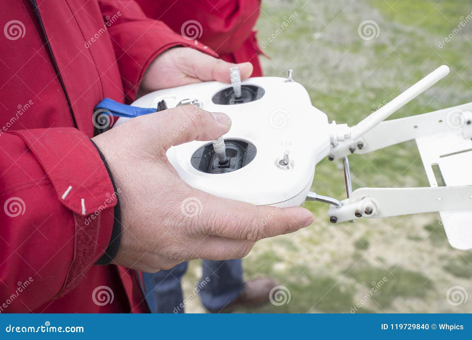 Σωστό ραβδί ελέγχου για τη ρυθμιστική βαλβίδα Πειραματικός ελιγμός dron σε μακρινό