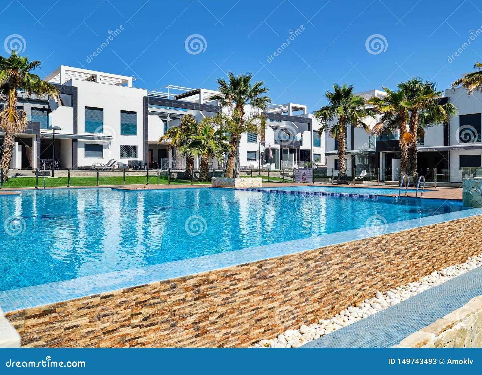 Σύγχρονα δημαρχεία με την πισίνα, Torrevieja, Ισπανία