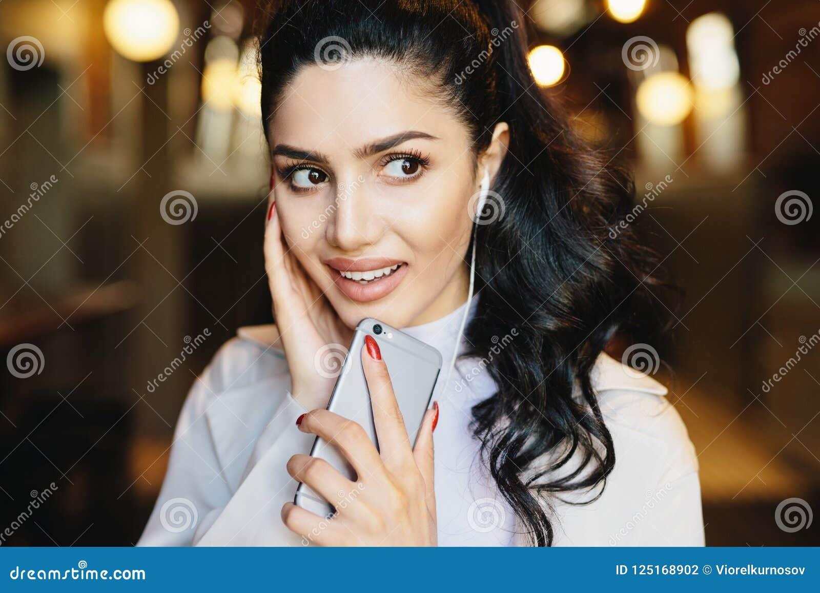 Σύγχρονη έννοια τεχνολογίας και επικοινωνίας Χαριτωμένο θηλυκό με τη DA