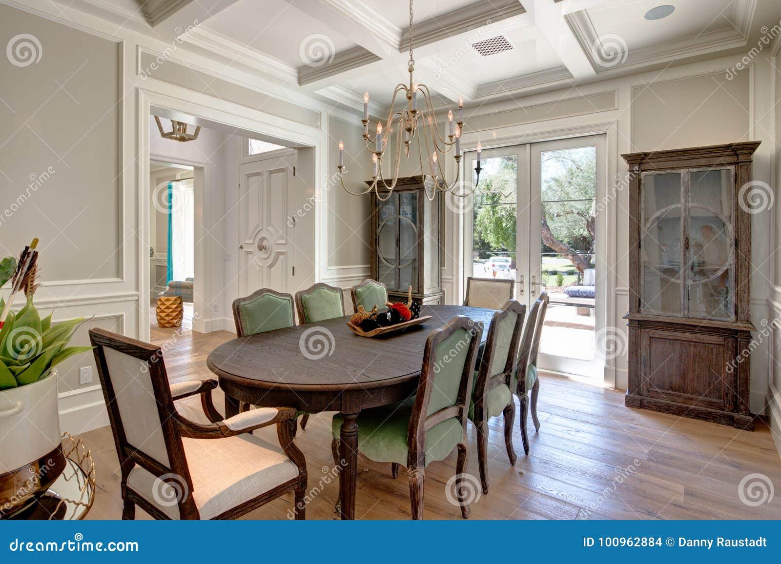 Σύγχρονη εγχώρια τραπεζαρία με τον ξύλινο πίνακα