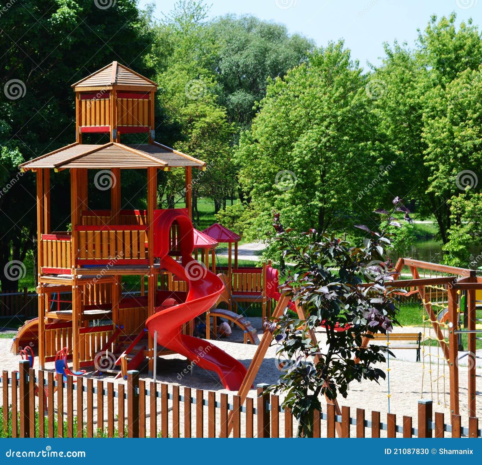 33bab7bff0a σύγχρονη παιδική χαρά πάρκων Στοκ Εικόνες - εικόνα από χρώματα ...