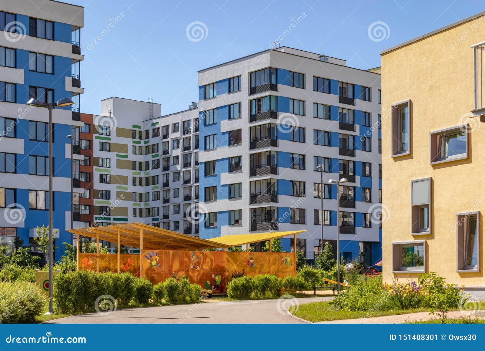 """Σύγχρονη πολυκατοικία με τις ζωηρόχρωμες προσόψεις στα περίχωρα της πόλης Κατοικημένος σύνθετος """"στο δάσος """", Μόσχα, Russi"""