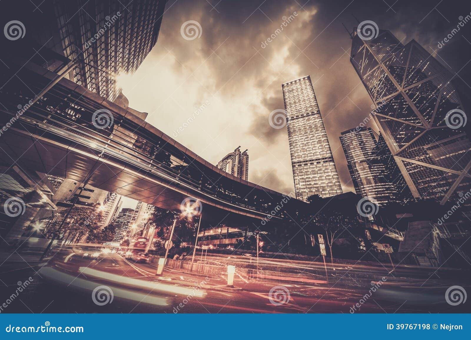 Σύγχρονη πόλη τη νύχτα