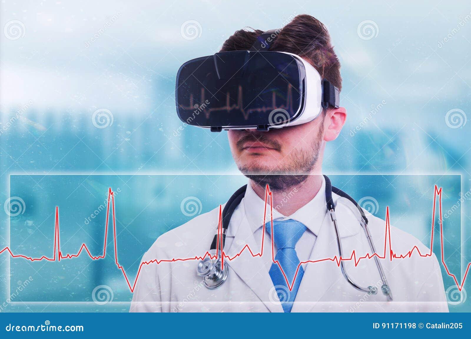Σύγχρονος γιατρός με τα προστατευτικά δίοπτρα εικονικής πραγματικότητας