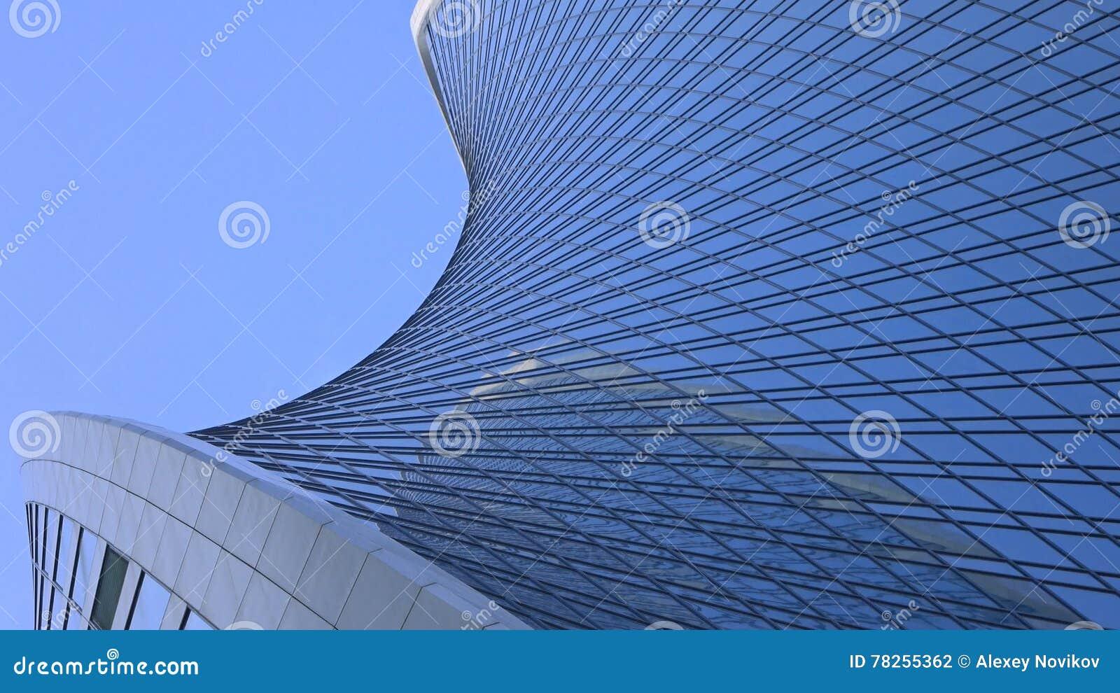 Σύγχρονος κυρτός ουρανοξύστης ενάντια στο μπλε ουρανό