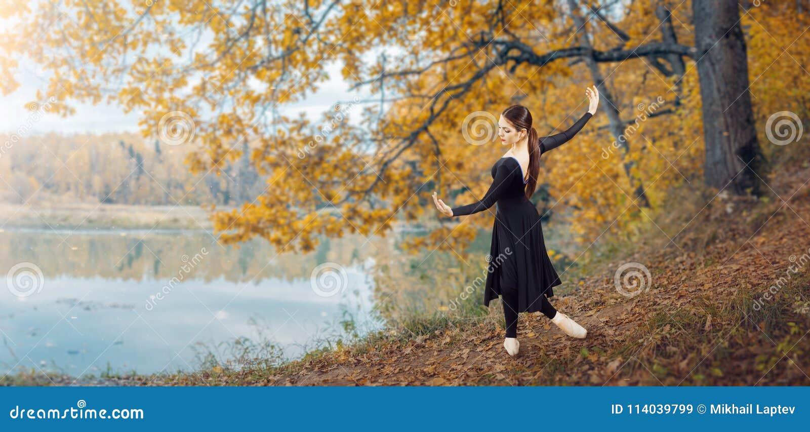 Σύγχρονος χορευτής μπαλέτου στο πάρκο φθινοπώρου