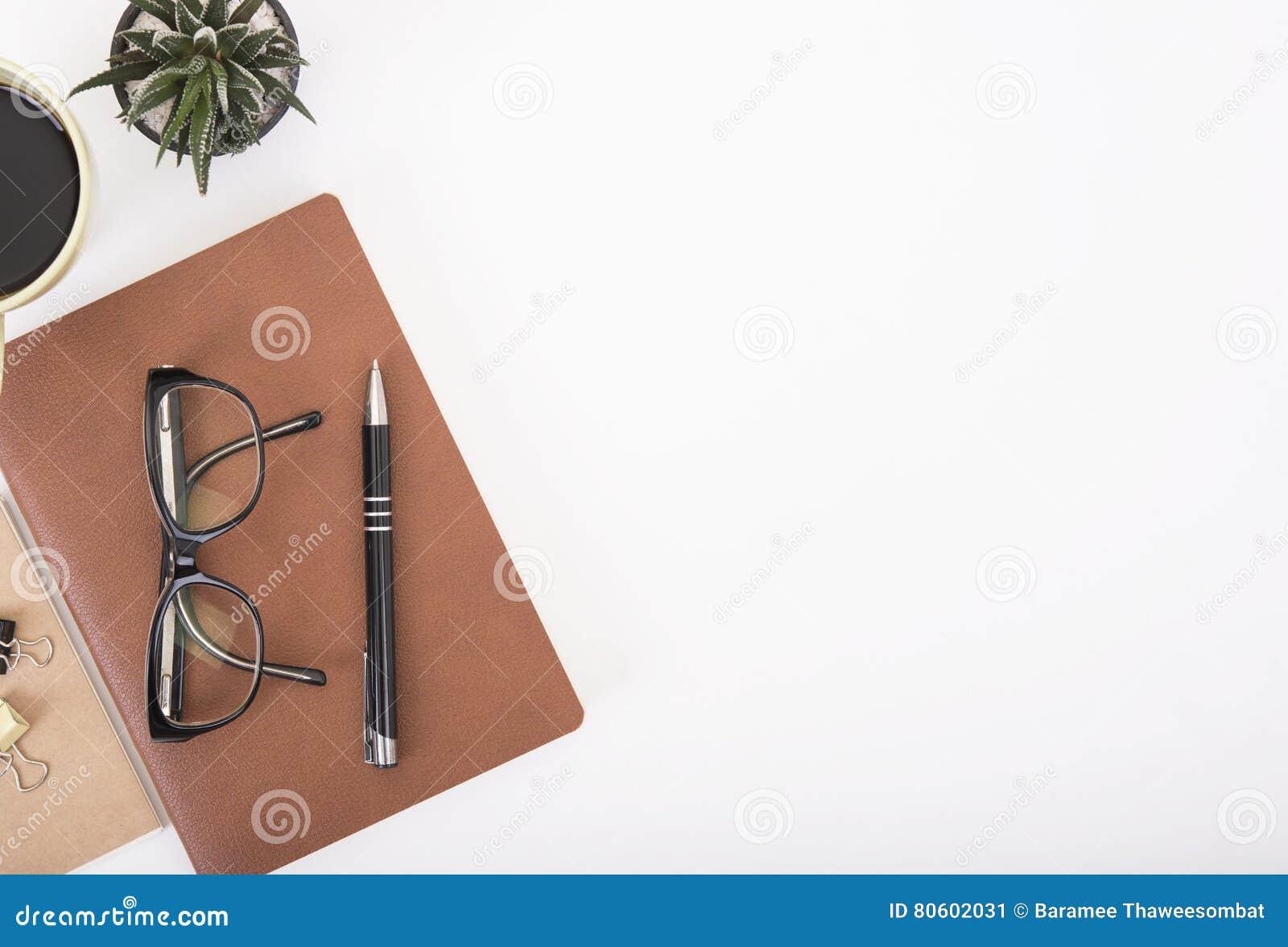 Σύγχρονο γραφείο γραφείων με το σημειωματάριο, τη μάνδρα, το βιβλίο εγγράφου και το φλυτζάνι καφέ
