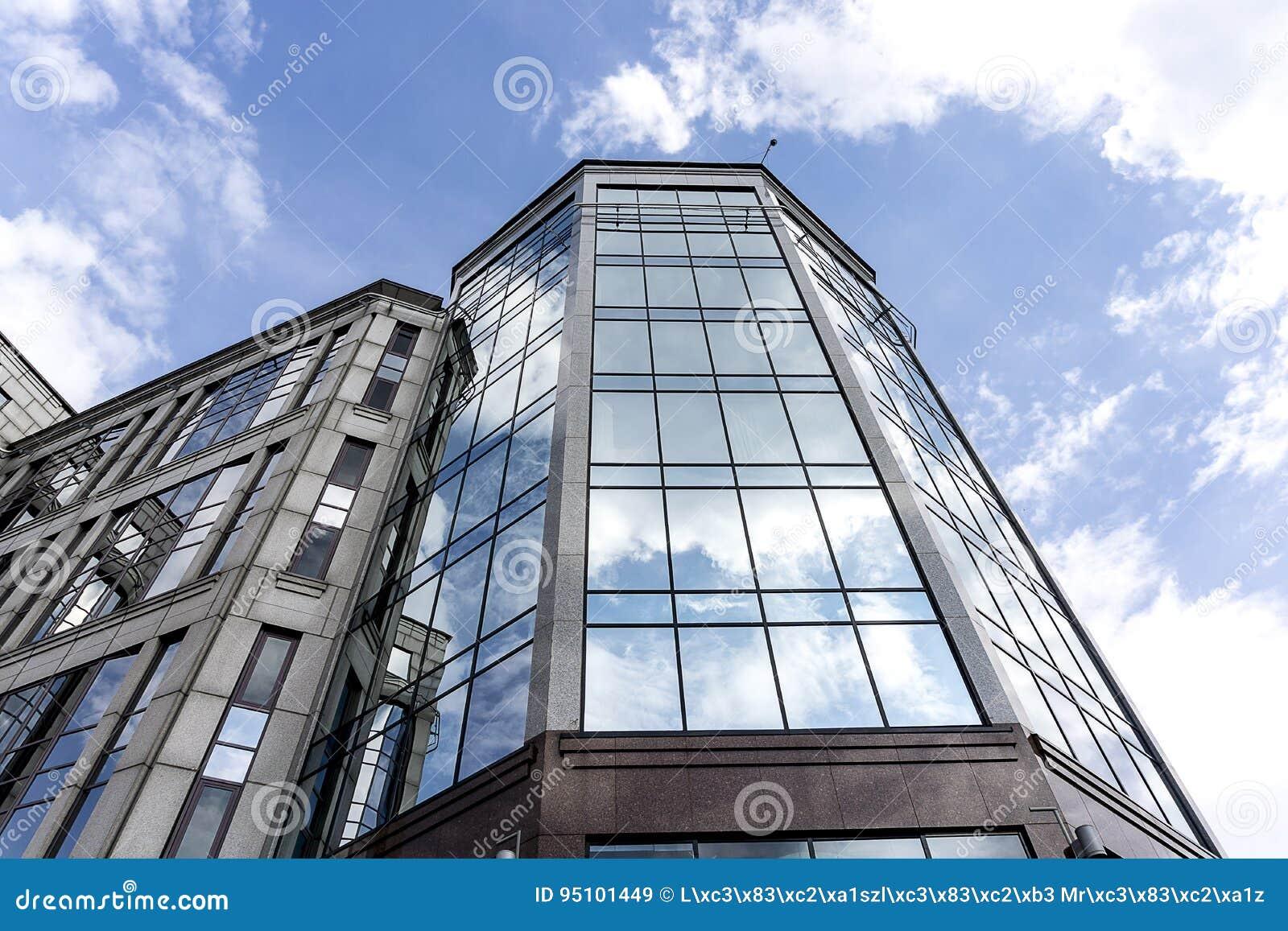 Σύγχρονο γυαλί και μαρμάρινο κτίριο γραφείων