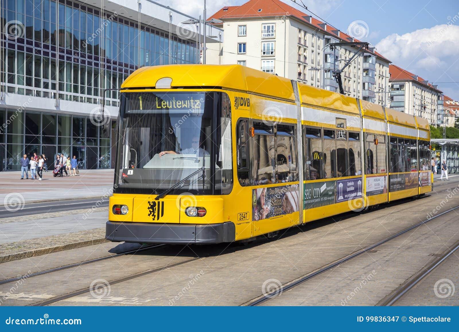 Σύγχρονο κίτρινο τραμ στις οδούς