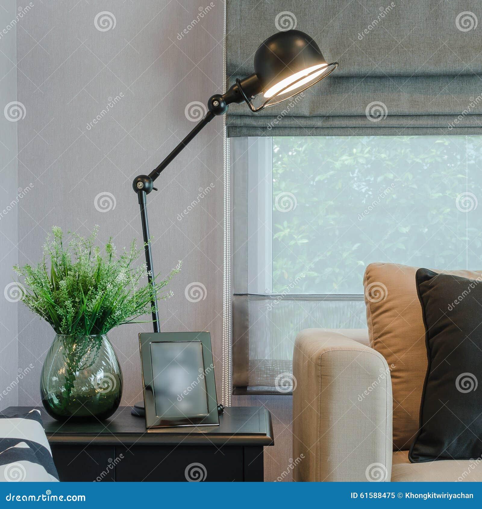 Σύγχρονο καθιστικό με το μαύρο λαμπτήρα από την επιτραπέζια πλευρά