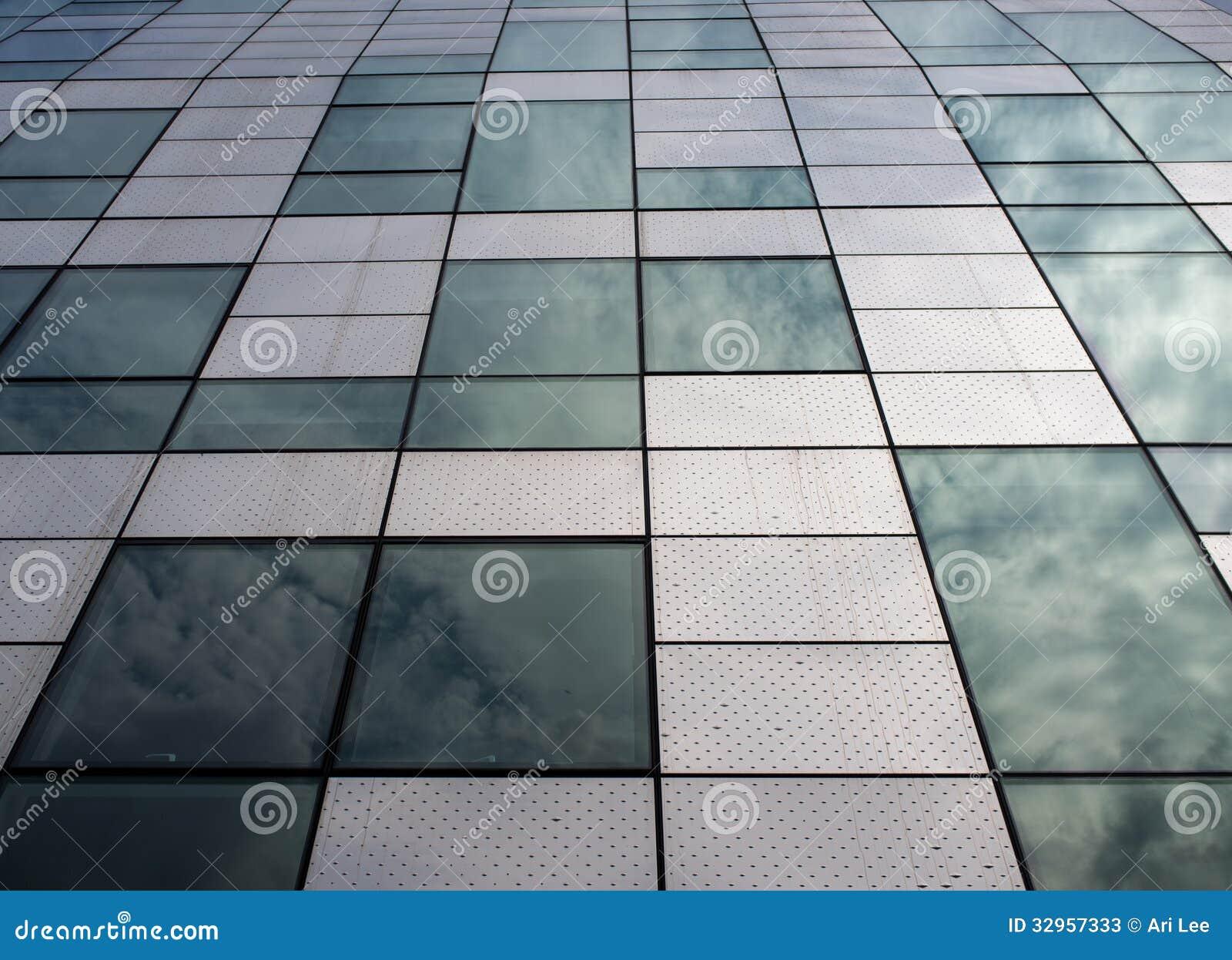 Σύγχρονο κτήριο με το αρχιτεκτονικό χαρακτηριστικό γνώρισμα που χρησιμοποιεί το χάλυβα και το γυαλί