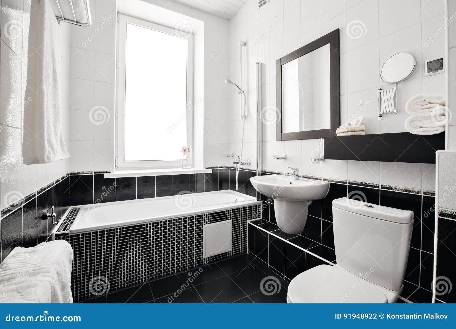 Σύγχρονο λουτρό πολυτέλειας με την μπανιέρα και το παράθυρο Εσωτερικό σχέδιο