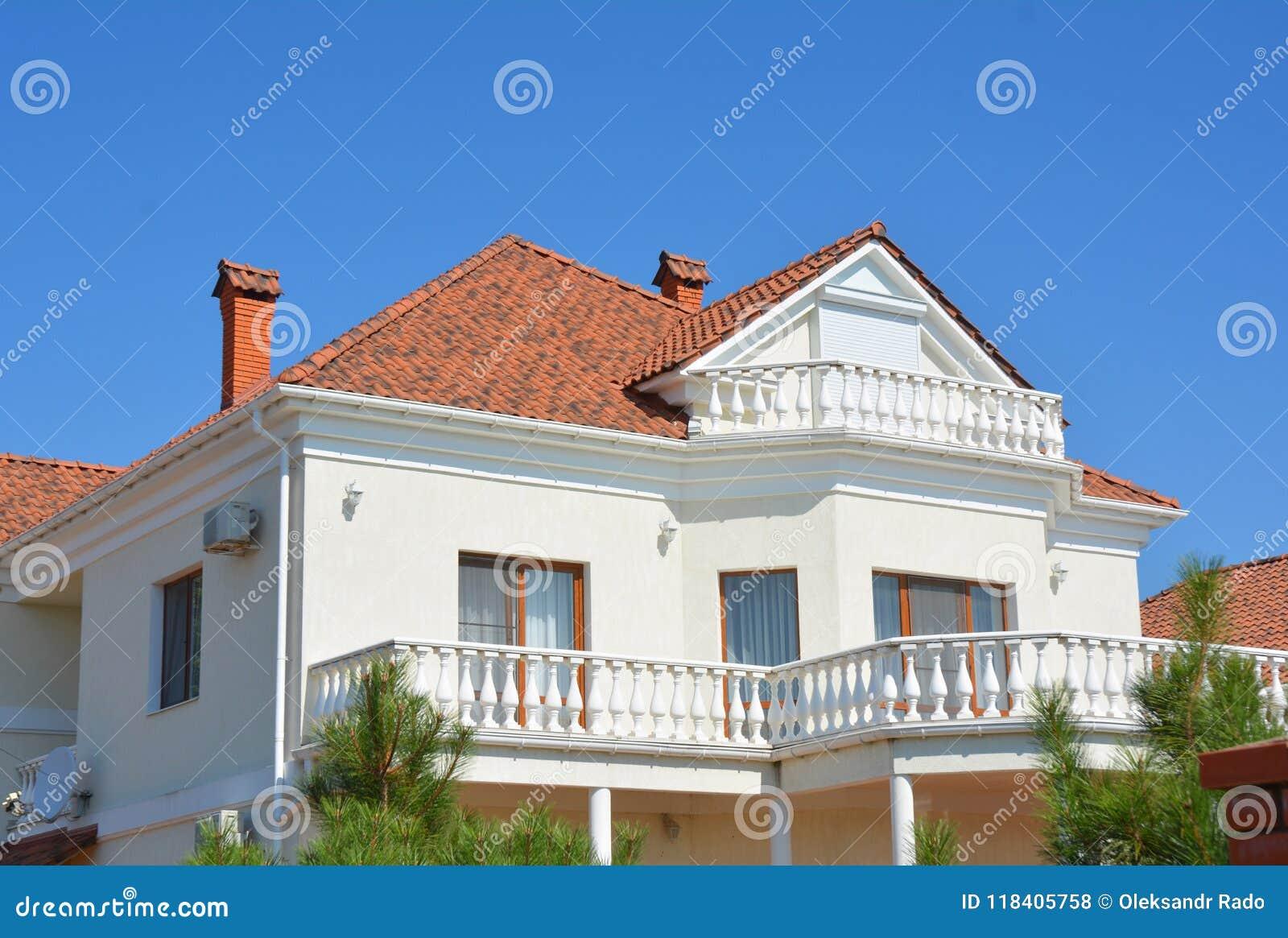 Σύγχρονο σπίτι πολυτέλειας με την αττική στέγη κεραμιδιών μπαλκονιών και αργίλου