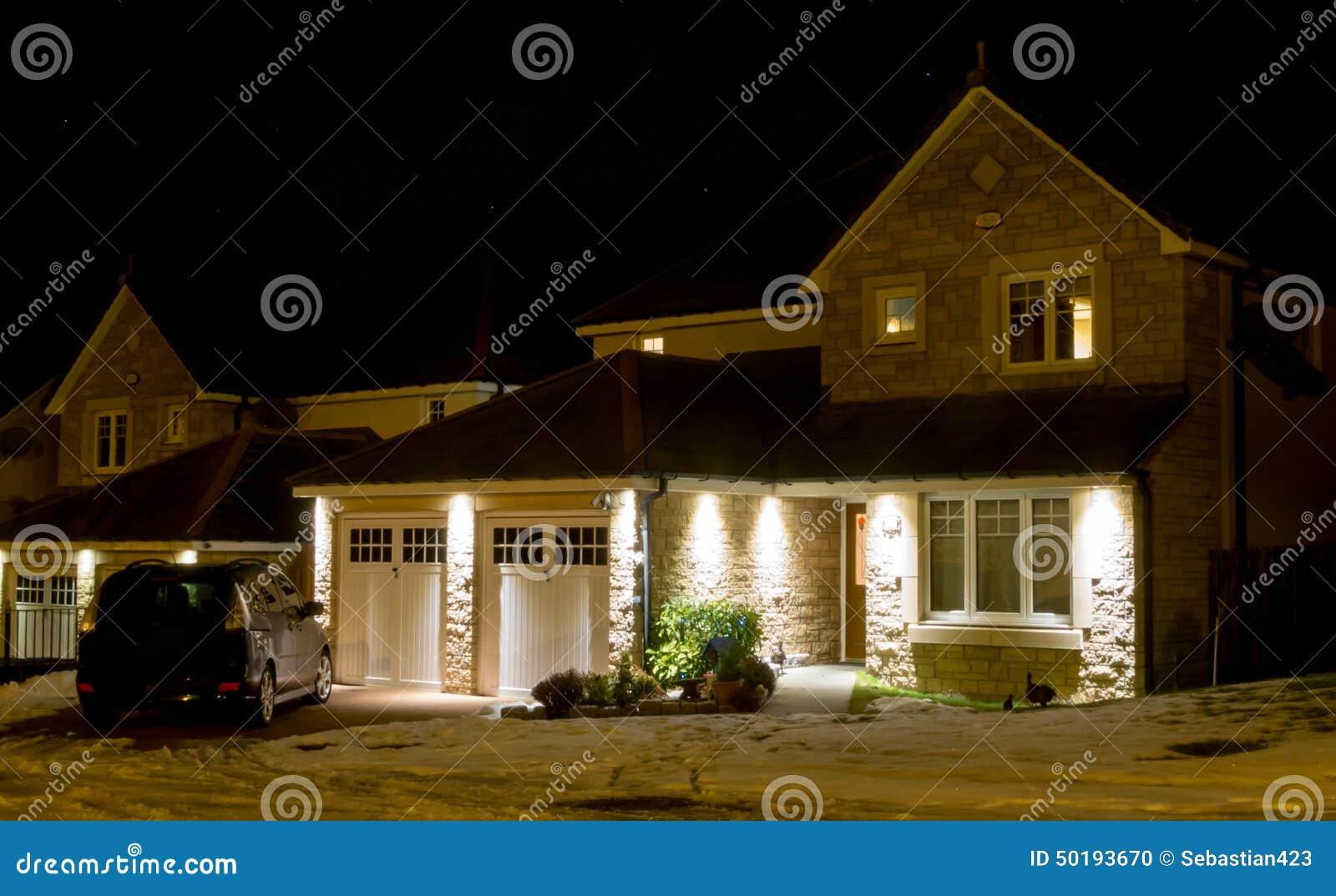 Σύγχρονο σπίτι τη νύχτα