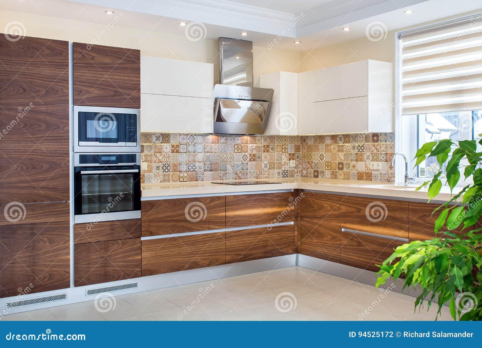 Σύγχρονο σχέδιο της κουζίνας σε ένα ελαφρύ, φωτεινό εσωτερικό