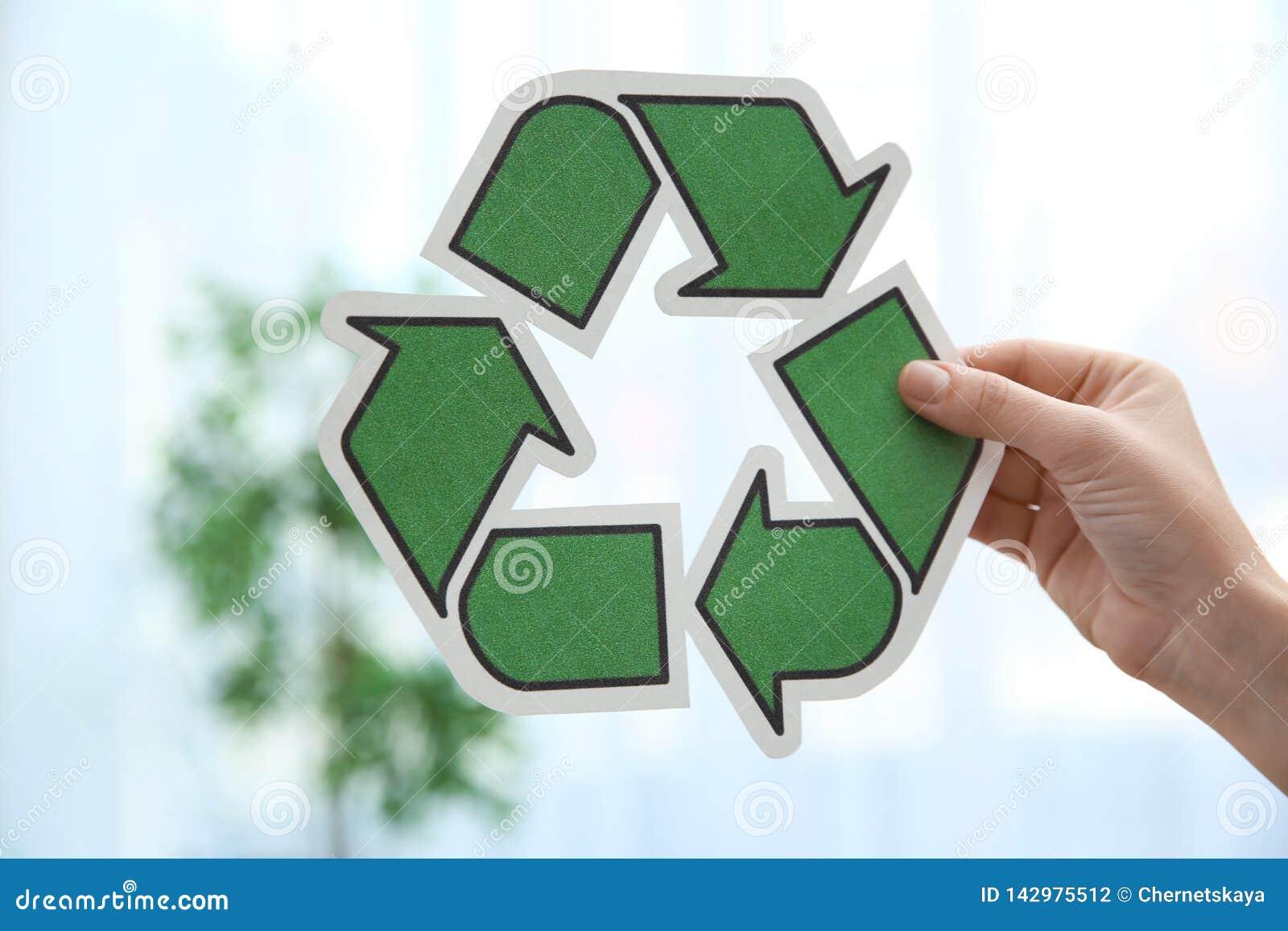 Σύμβολο ανακύκλωσης εκμετάλλευσης γυναικών στο θολωμένο υπόβαθρο