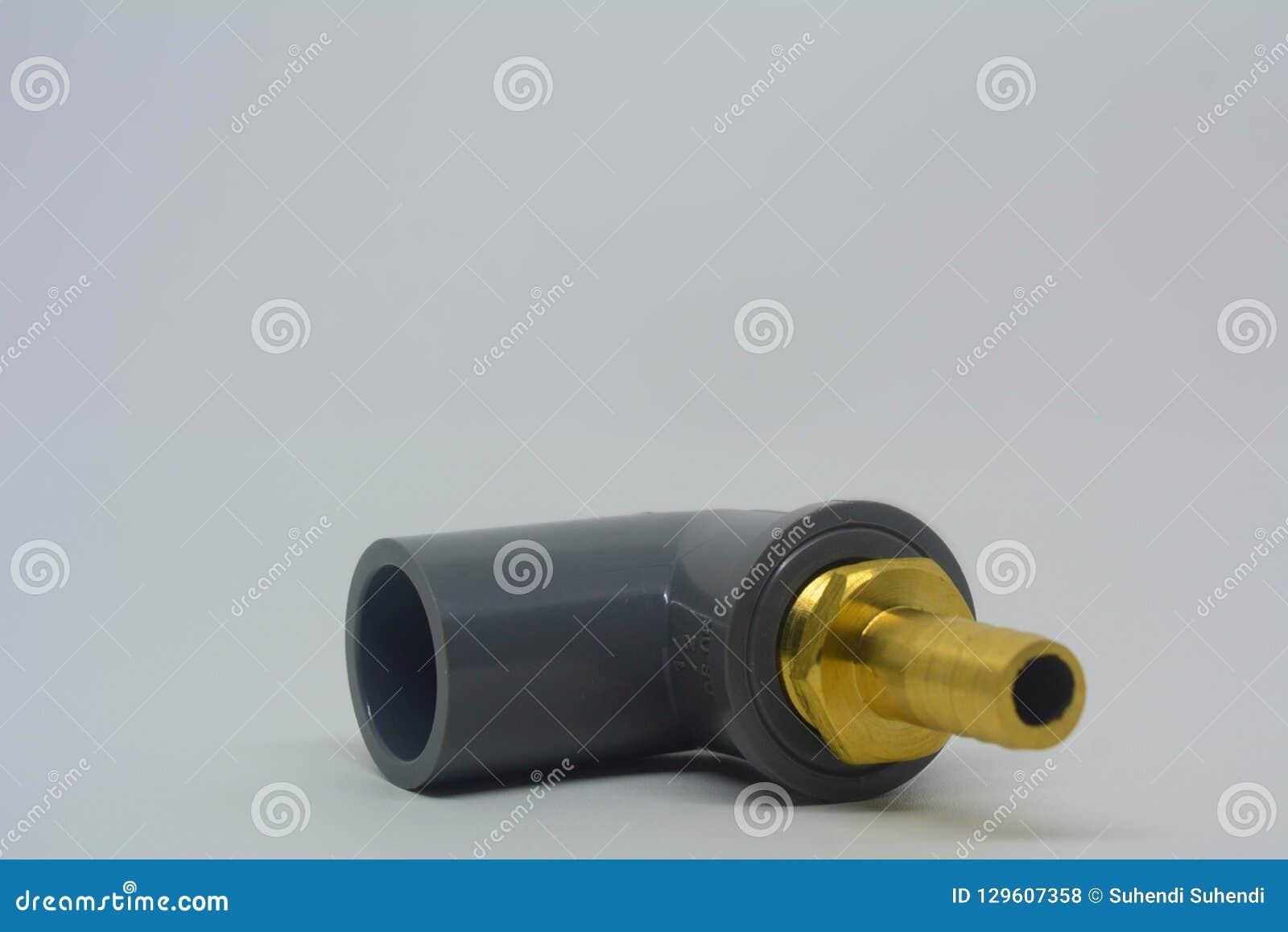 Σύνδεση σωλήνων PVC με τη σύνδεση μανικών ορείχαλκου στο λευκό