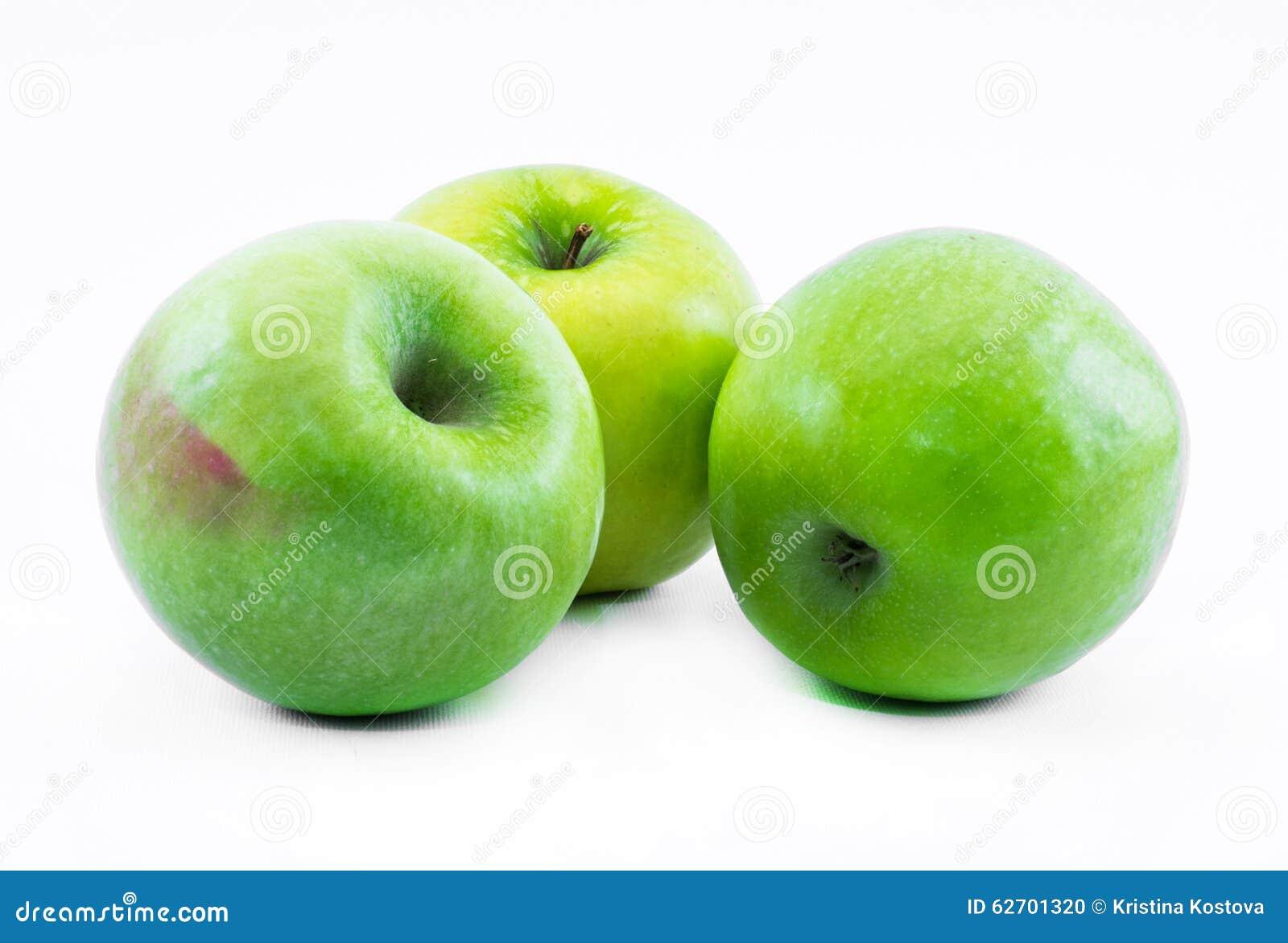 Σύνθεση τριών πράσινων μήλων σε ένα άσπρο υπόβαθρο - ακόμα ζωή