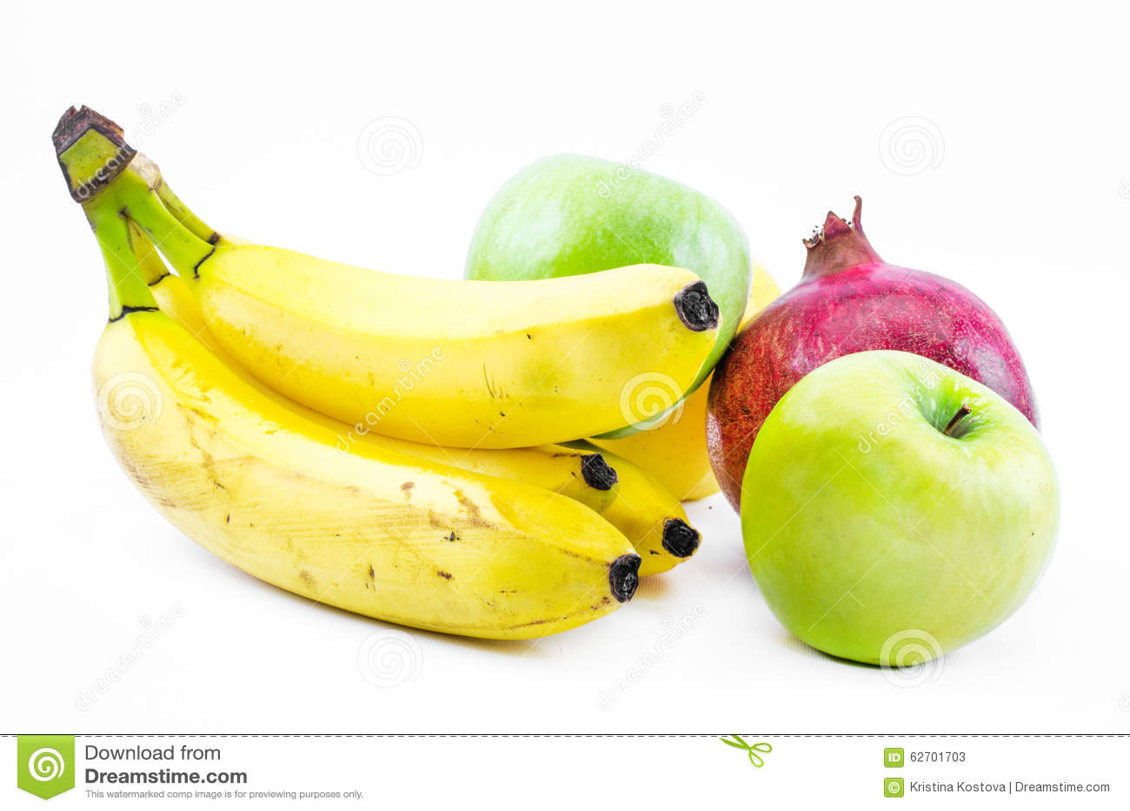 Σύνθεση των μπανανών, των πράσινων μήλων και ενός ροδιού σε ένα άσπρο υπόβαθρο