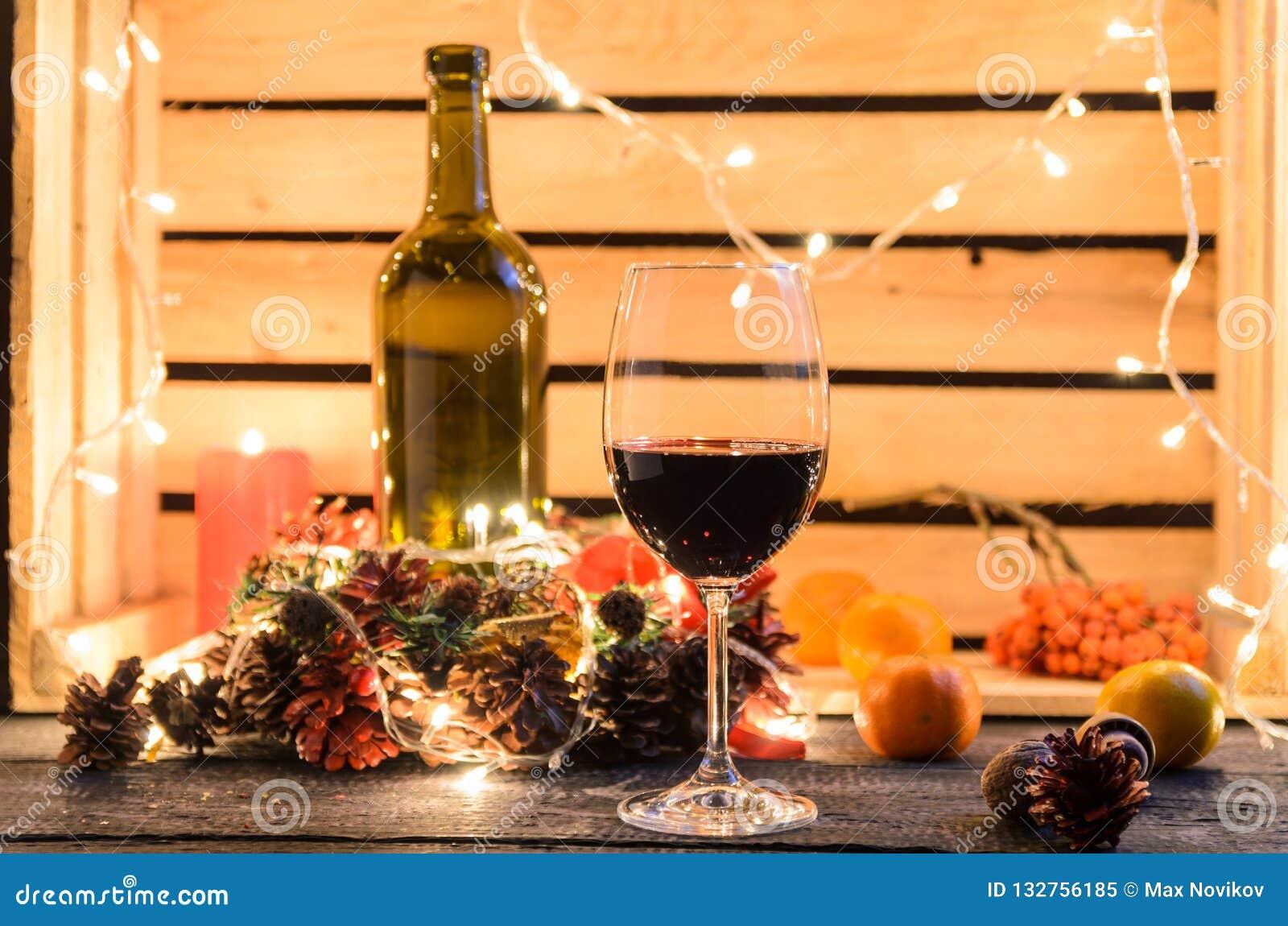 Σύνθεση Χριστουγέννων με ένα ποτήρι του κόκκινου κρασιού
