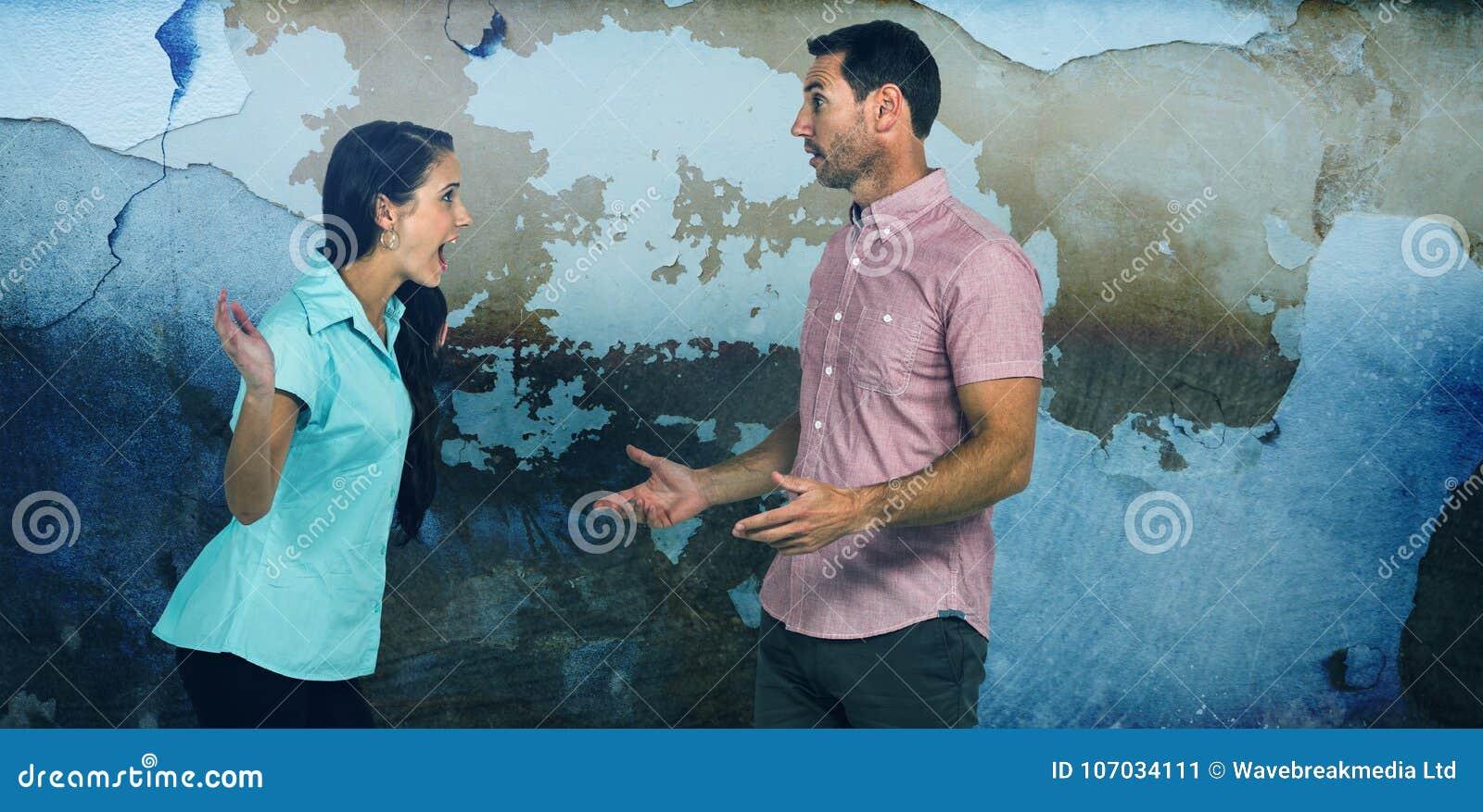Σύνθετη εικόνα να φωνάξει γυναικών στον άνδρα παλεύοντας