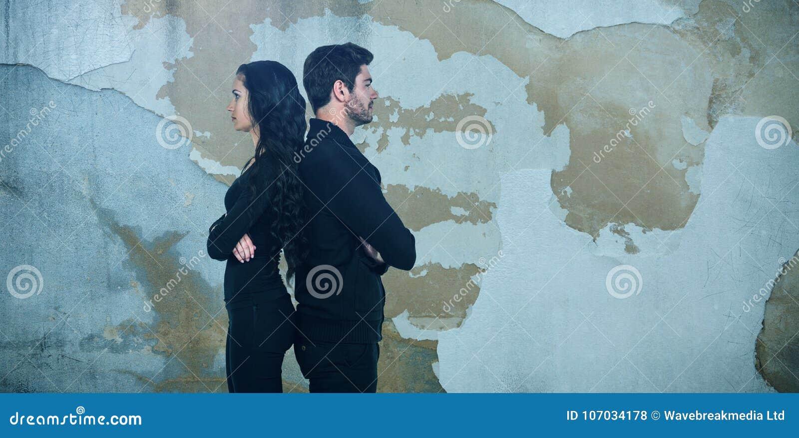 Σύνθετη εικόνα της άποψης σχεδιαγράμματος του λυπημένου ζεύγους που στέκεται πλάτη με πλάτη