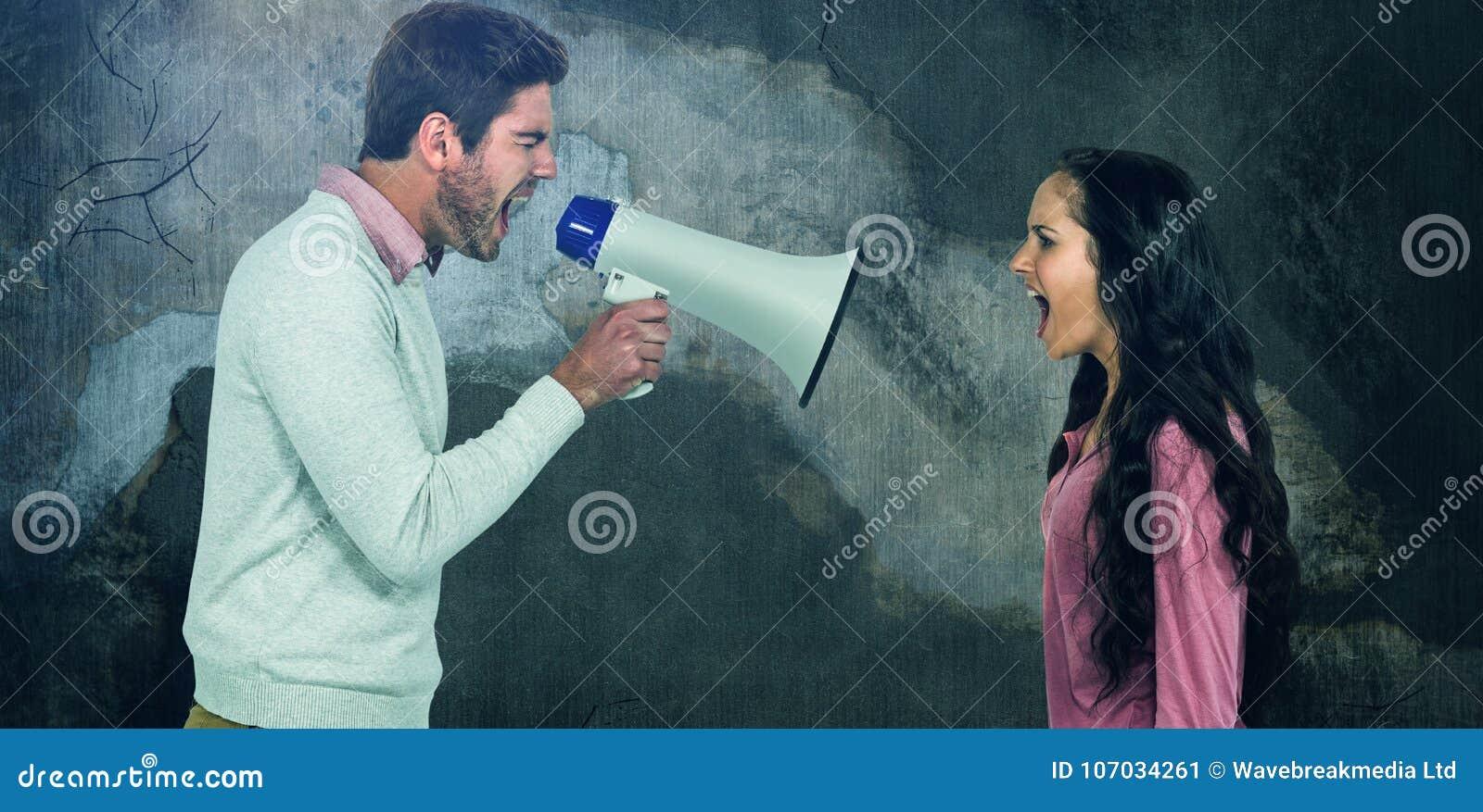 Σύνθετη εικόνα της πλάγιας όψης να φωνάξει ζευγών