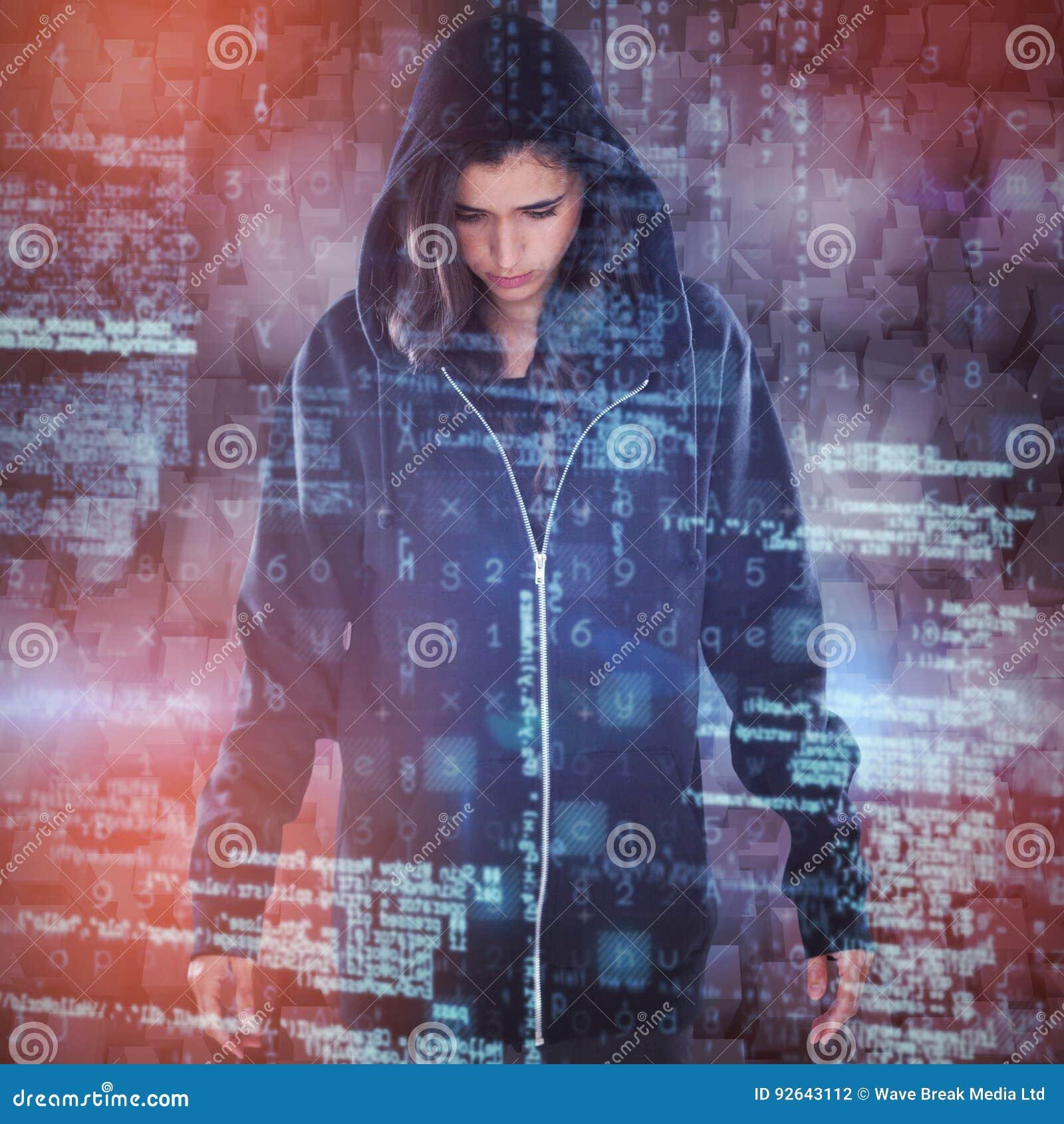 Σύνθετη εικόνα του νέου θηλυκού χάκερ στη μαύρη στάση hoodie