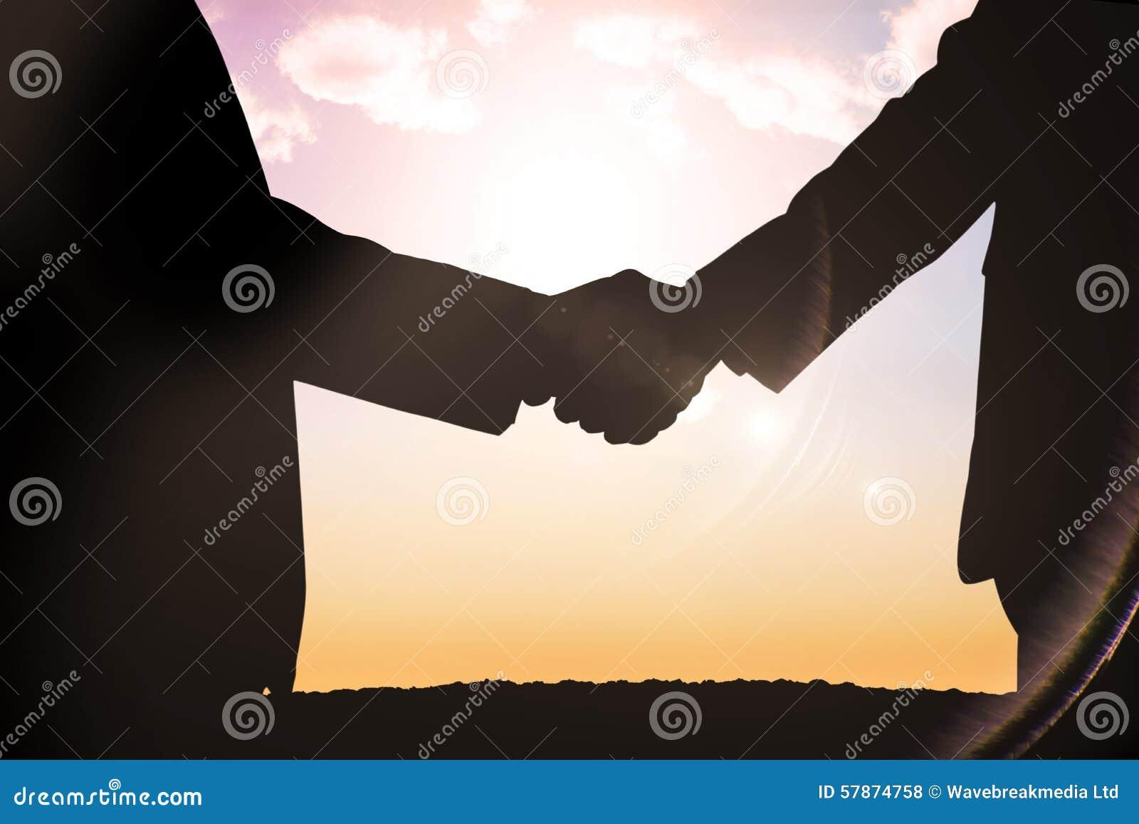 Σύνθετη εικόνα των σκιαγραφιών που τινάζει τα χέρια