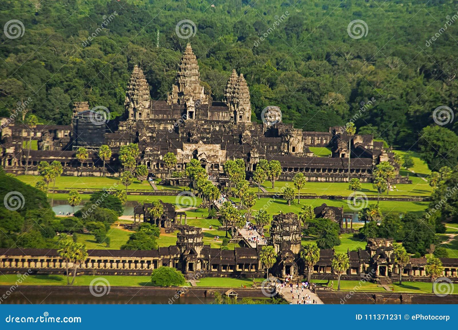 Σύνθετη, εναέρια άποψη ναών Wat Angkor η Καμπότζη συγκεντρώνει siem Μεγαλύτερο θρησκευτικό μνημείο στον κόσμο 162 6 εκτάρια