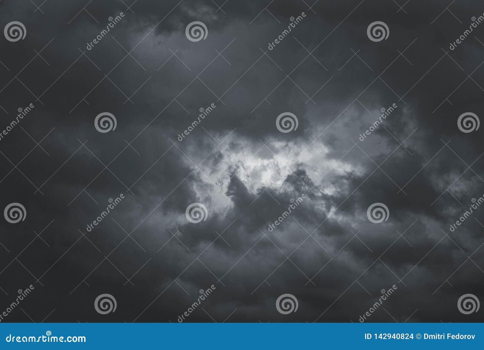 Σύννεφα θύελλας στον ουρανό πέρα από την πόλη