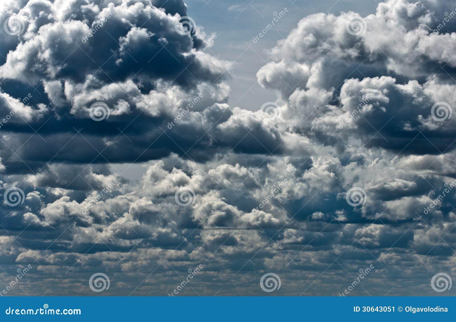 Σύννεφα θύελλας στο μπλε ουρανό