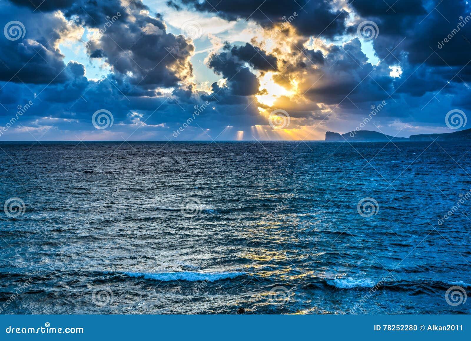 Σύννεφα και φωτεινός ήλιος στο ηλιοβασίλεμα