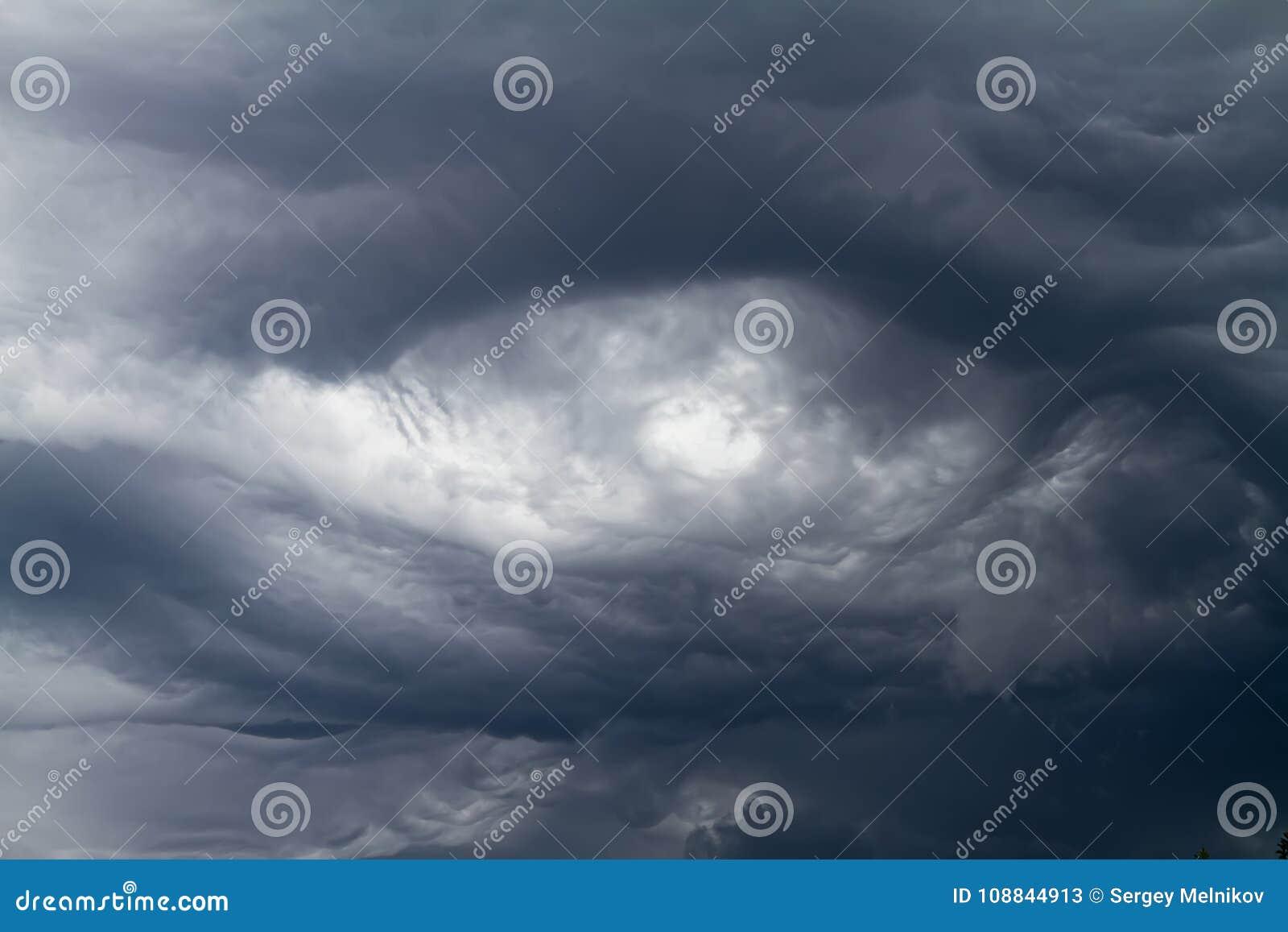 Σύννεφα Asperatus που διαμορφώνουν το δραματικό ουρανό