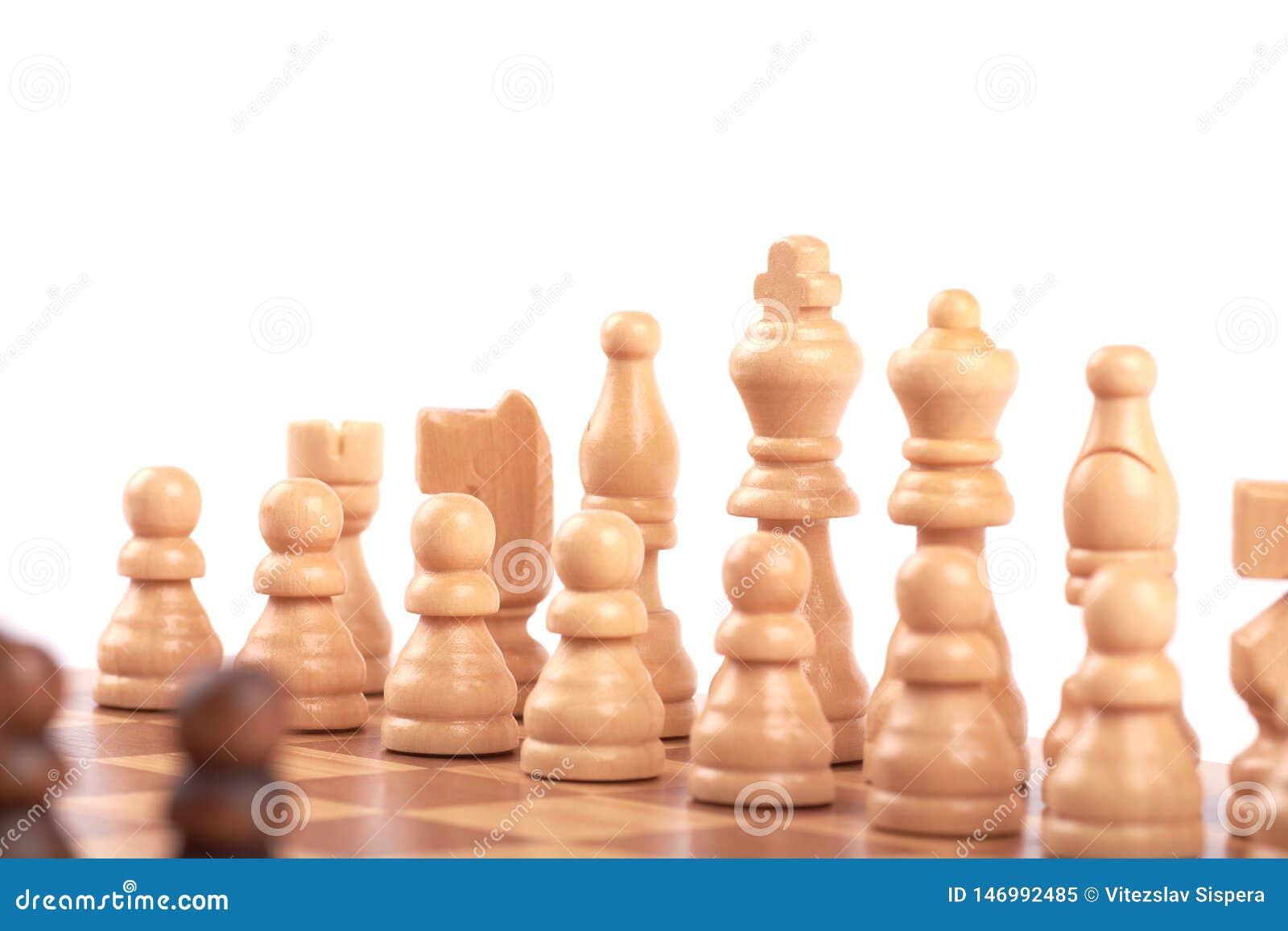 Σύνολο άσπρων και μαύρων ξύλινων κομματιών σκακιού που στέκονται σε μια σκακιέρα, που απομονώνεται στο άσπρο υπόβαθρο