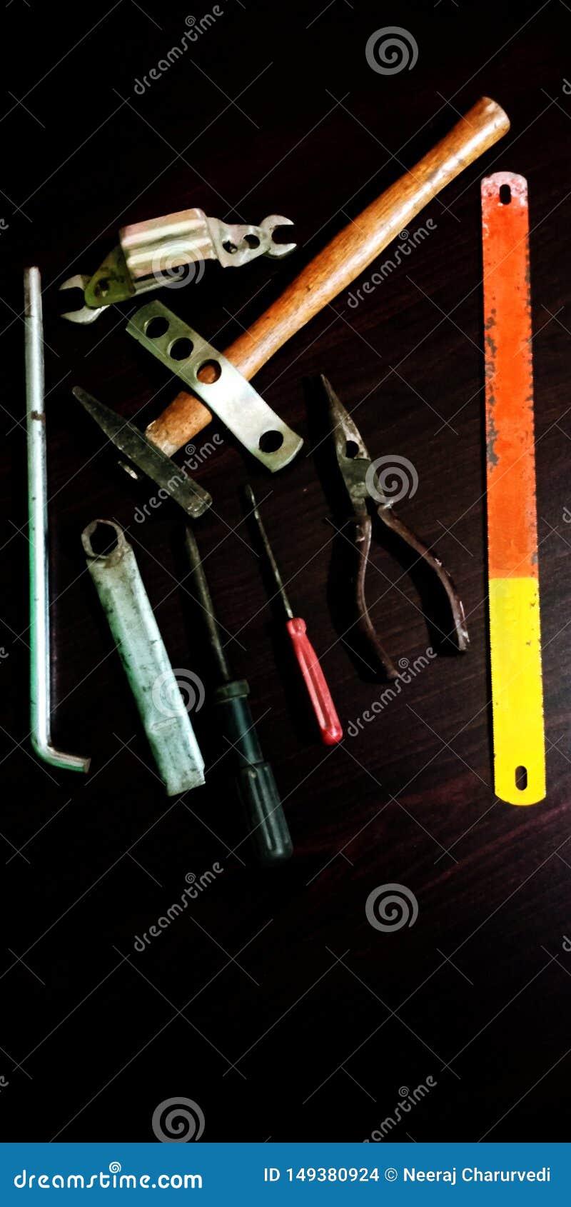 Σύνολο ηλεκτρικού εργαλείου στα ξύλινα εξαρτήματα υποβάθρου για τη φωτογραφία αποθεμάτων ενεργειακής έννοιας εργασίας εφαρμοσμένη