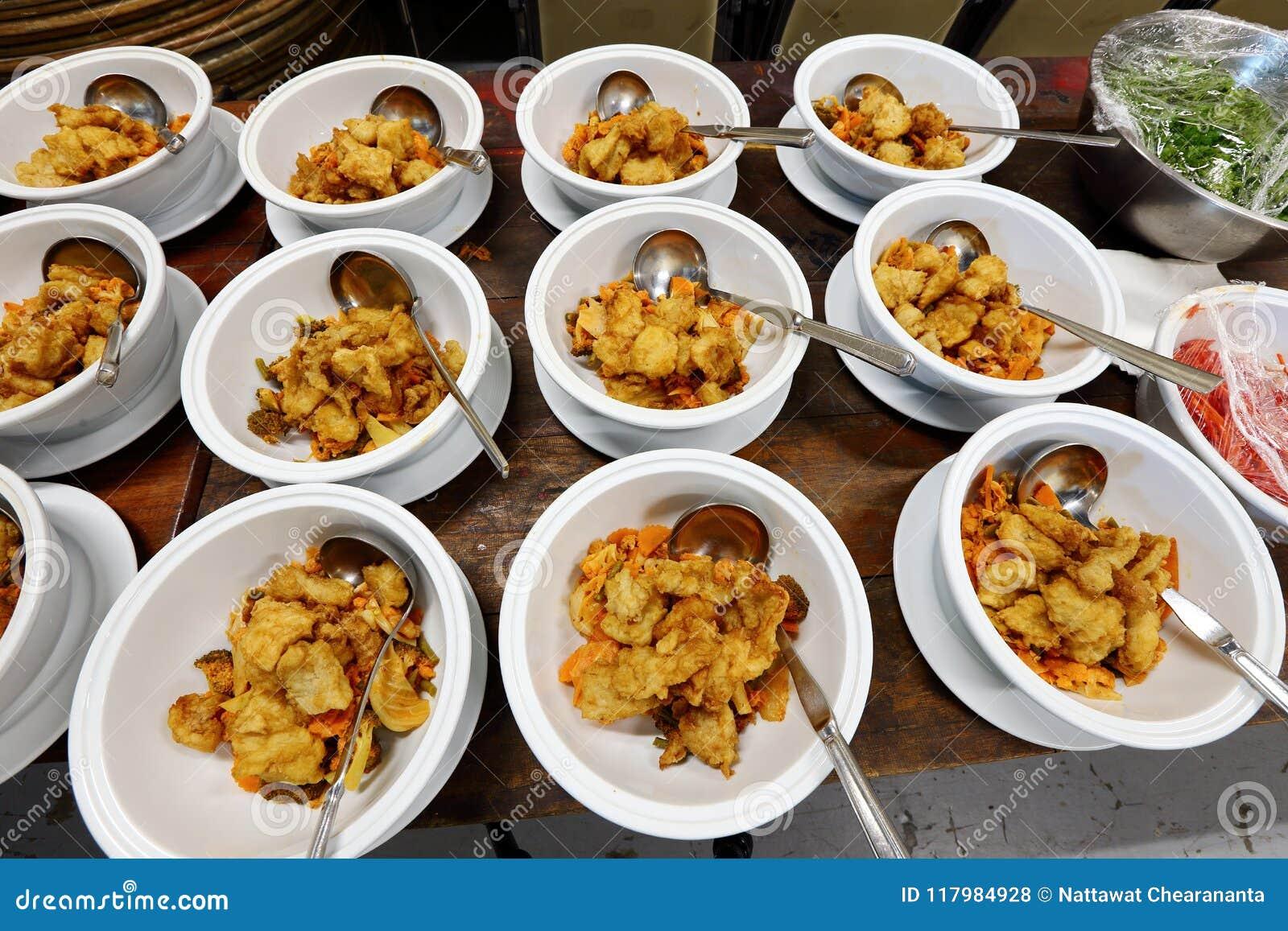 Σύνολο ομάδας ασιατικού γεύματος τροφίμων έτοιμου να εξυπηρετήσει στον πίνακα στο BA