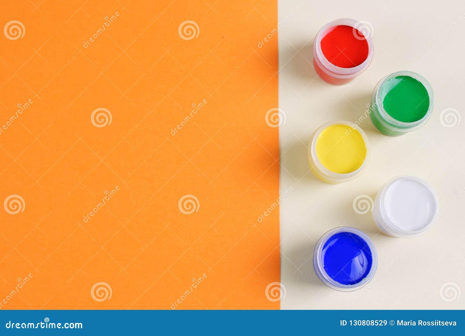 Σύνολο πέντε χρωμάτων γκουας στο διπλός-χρωματισμένο υπόβαθρο