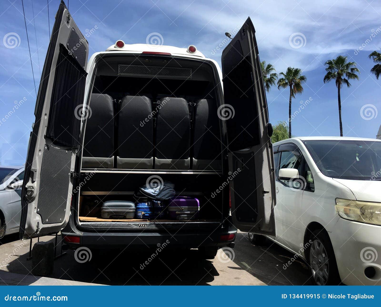 Σύνολο φορτηγών ταξιδιού των αποσκευών που φεύγουν για τις διακοπές μια ηλιόλουστη ημέρα - διακινούμενη έννοια