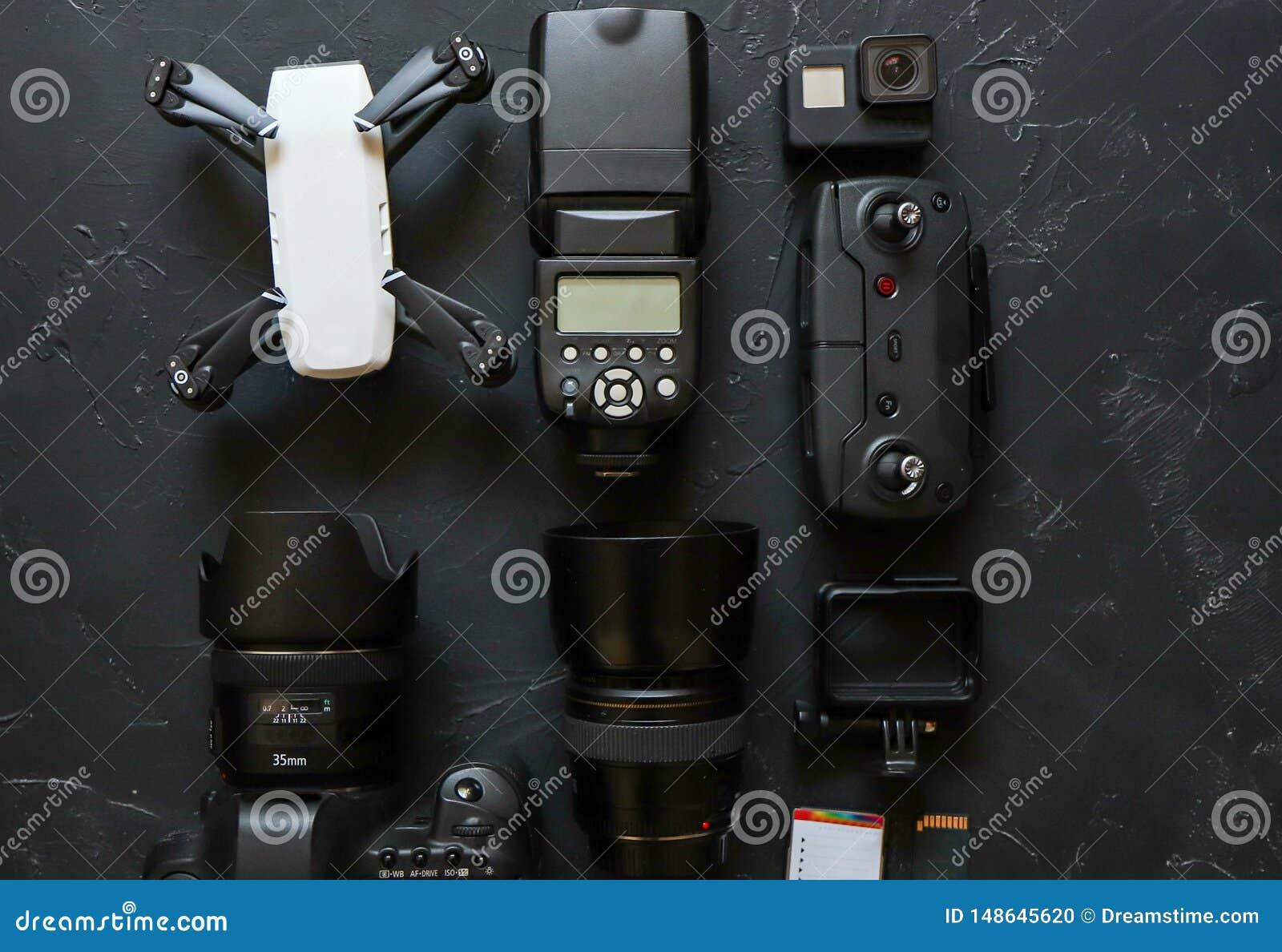 Σύνολο videographer σε ένα μαύρο υπόβαθρο Ψηφιακή κάμερα, κάρτα μνήμης, κάμερα δράσης, κηφήνας, τηλεχειρισμός και κάμερα r