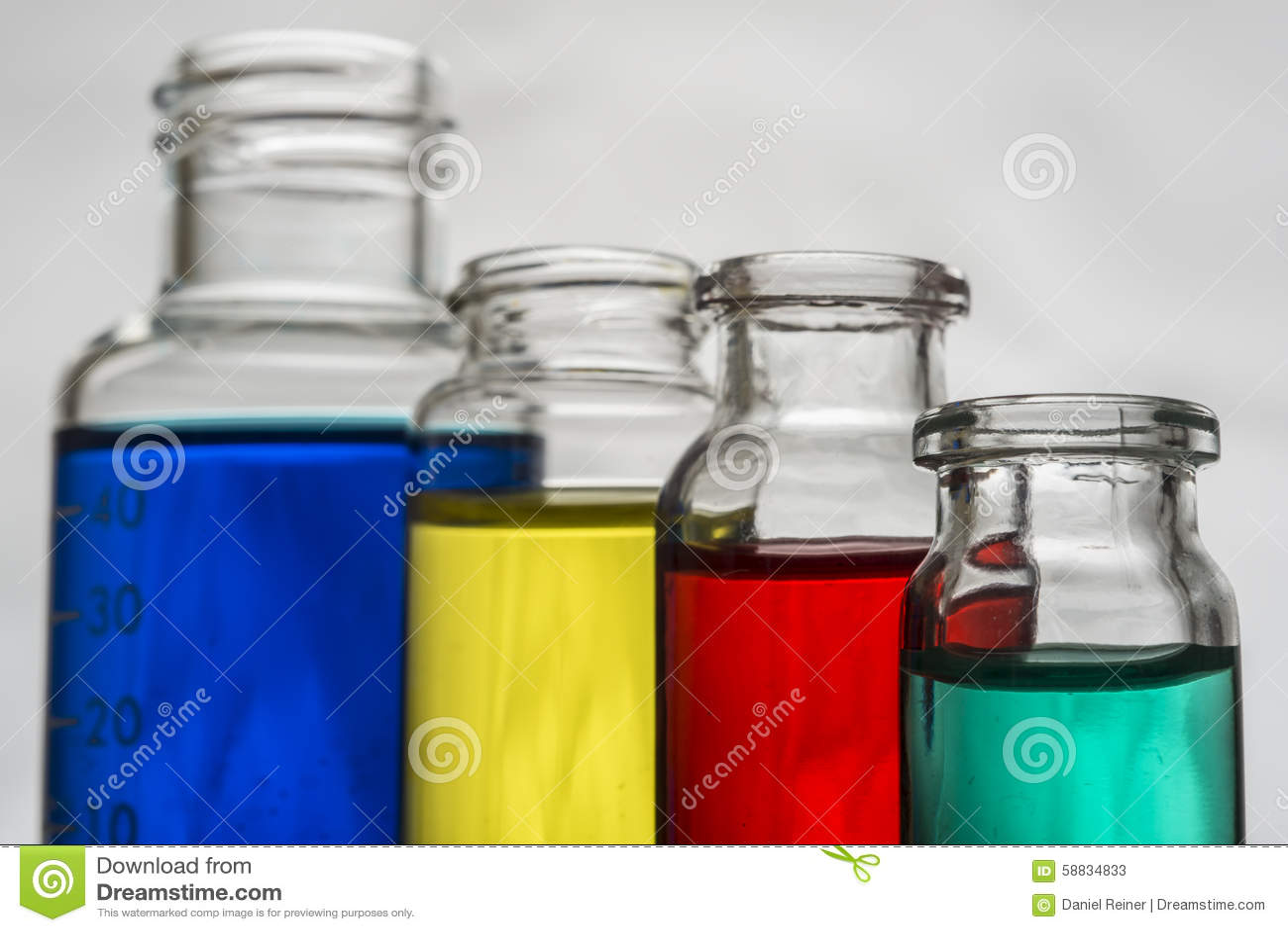 Σύνολο εργαστηριακών μπουκαλιών με το υγρό