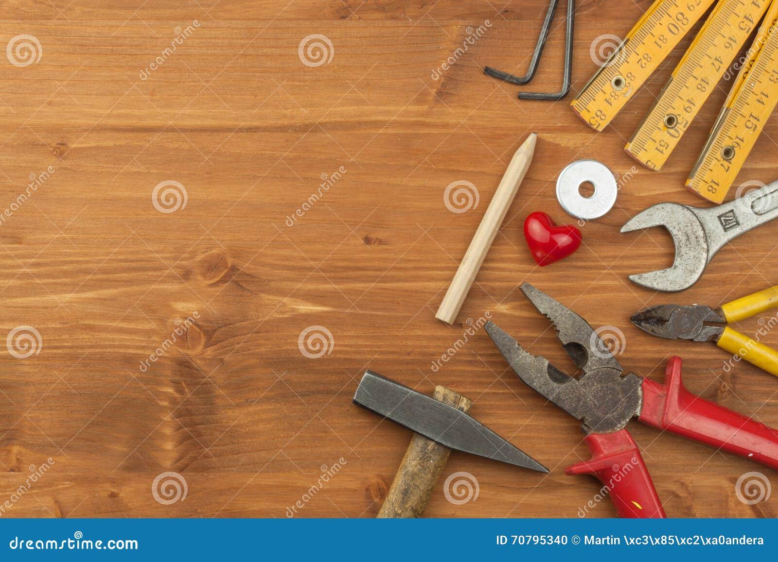 Σύνολο εργαλείων και οργάνων στο ξύλινο υπόβαθρο Διαφορετικά είδη εργαλείων για τις οικιακές μικροδουλειές βασικές επισκευές πατέ