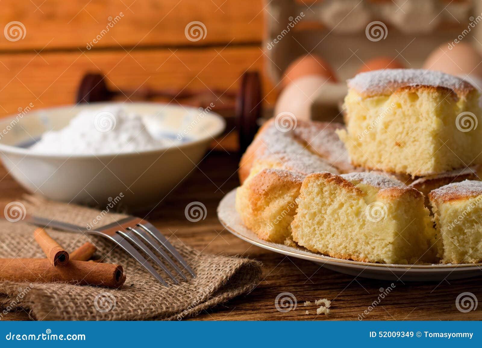 Σύνολο πιάτων των χνουδωτών μερίδων κέικ στάρπης