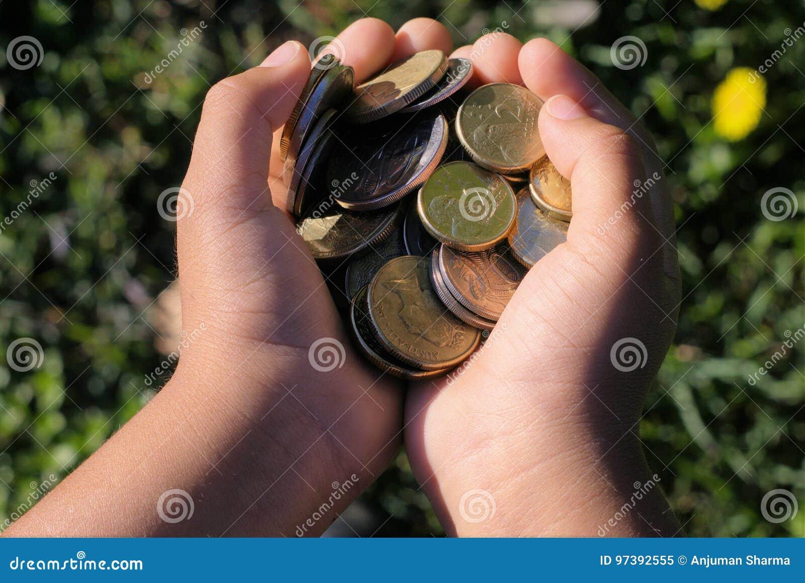 Σύνολο χεριών παιδιών ` s των χρημάτων