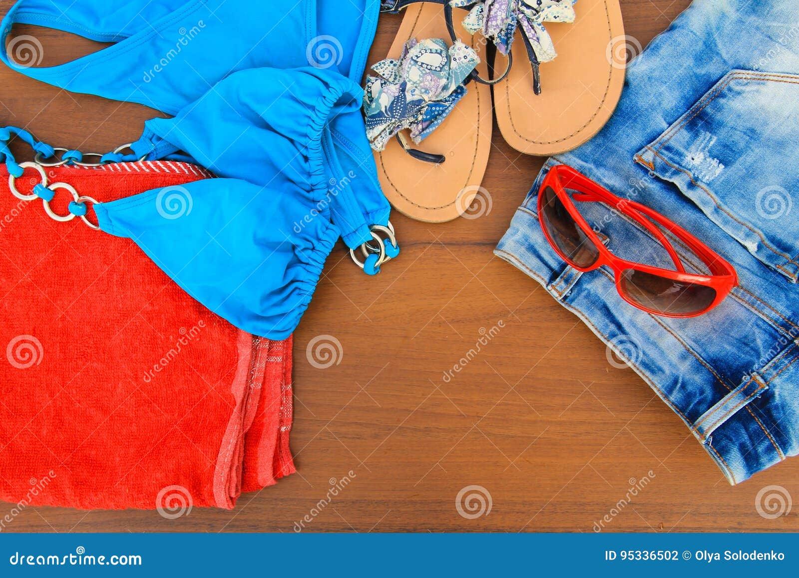 Σύνολο beachwear στο ξύλινο υπόβαθρο