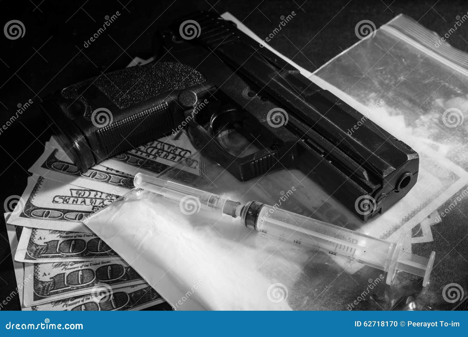Σύριγγα και πυροβόλο όπλο στην τσάντα φαρμάκων με τα χρήματα